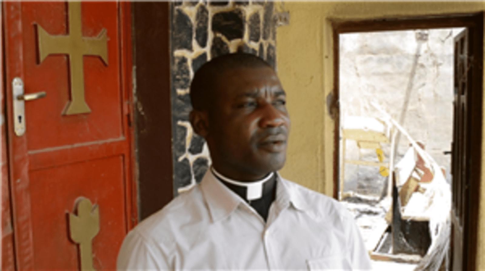 Pr-Elias-Kabuk-bij-zijn-uitgebrande-kerk-Custom