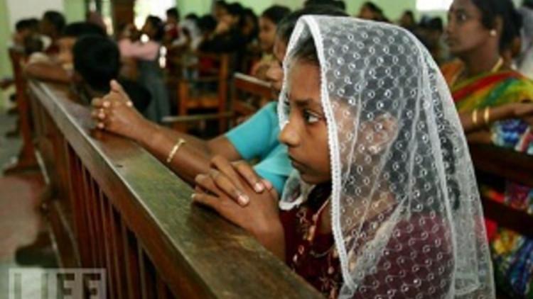 20110622Sri_Lanka_women-pray-at-catholic-church