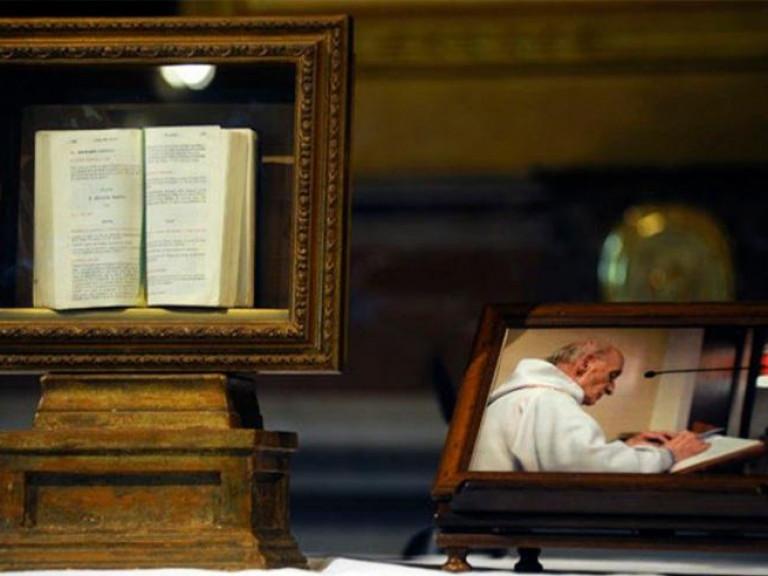 Pr. Jacques Hamel en brevier - foto Vatican Media
