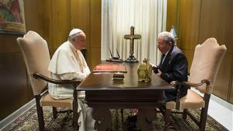 20150511_Raoul_Castro_visits_pope_Francis_Osservatore