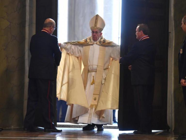 20151208-Paus-opent-Heilige-Deur-bij-Jaar-van-Barmhartigheid